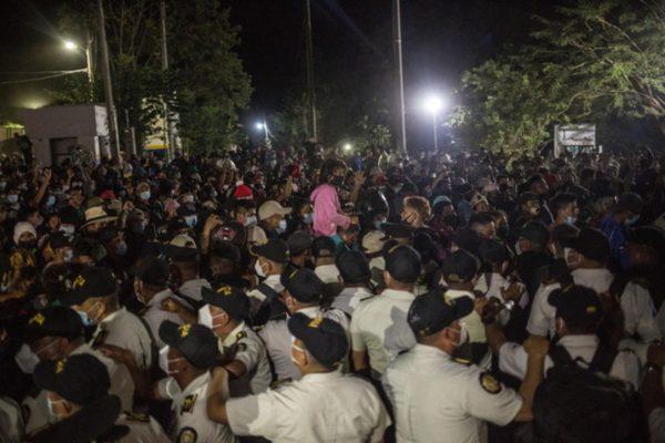 از هندوراس به ایالات متحده ، کاروان 4500 مهاجر راهپیمایی می کنند