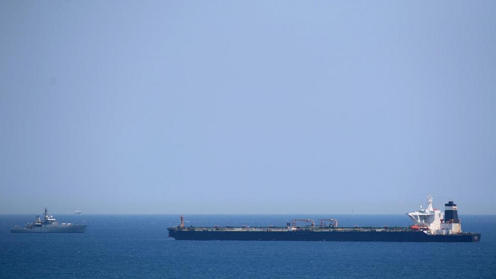 خلیج عمان ، ایران موشکی را از یک ناو جنگی آزمایش می کند