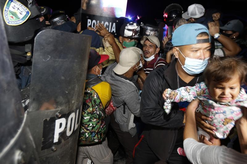 گواتمالا ، پلیس در حال پخش کاروان مهاجر است که به سمت ایالات متحده حرکت می کند