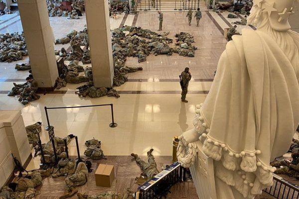 ایالات متحده آمریکا.  نیروهای گارد ملی شب را در کنگره می گذرانند تا از حملات – جنگ ها و امپریالیسم جلوگیری کنند