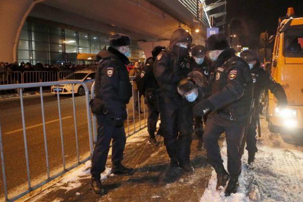 ناوالنی هنگام ورود به مسکو ، دستگیر شدگان بسیاری را در میان طرفدارانش متوقف کرد