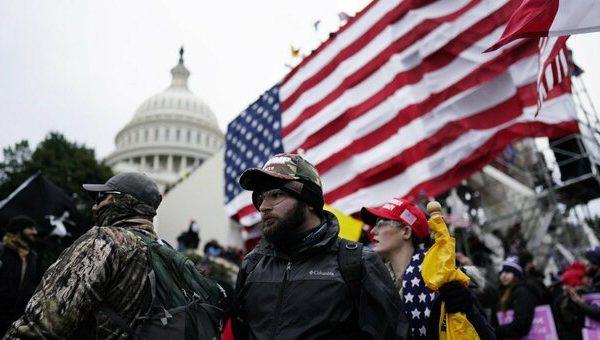 """دونالد ترامپ ایالات متحده را به آتش می کشد.  حمله به کپیتول هیل ، زن مرده.  بایدن: """"تهدید به دموکراسی"""""""