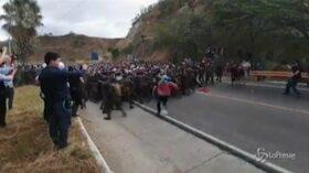 گواتمالا ، هزاران مهاجر که قصد ورود به کشور را دارند: درگیری با پلیس