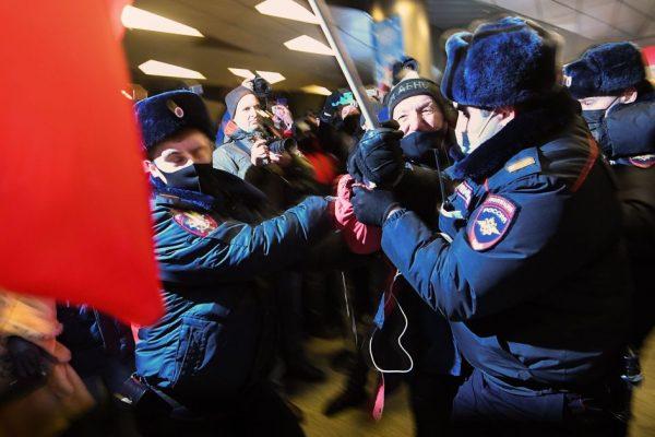 """ناوالنی به روسیه برمی گردد.  در فرودگاه مسکو توقف کرد: """"من نمی ترسم"""""""