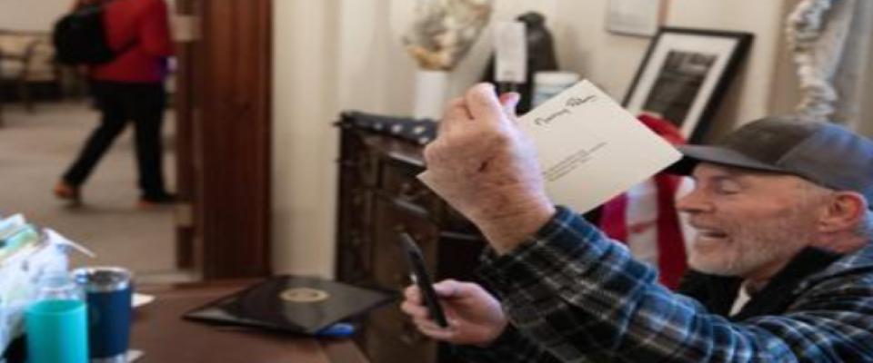 فعال با پاهایش روی میز نانسی پلوسی: من برای او یادداشت نوشتم و 25 سنت برای پاکت گذاشتم
