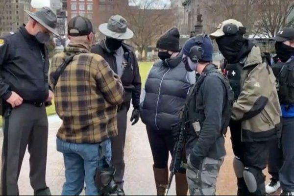 اوهایو ، اسلحه های نیمه خودکار و سلاح های حمله: اعتراض گروه های راست افراطی در خارج از ساختمان بایدن – فیلم