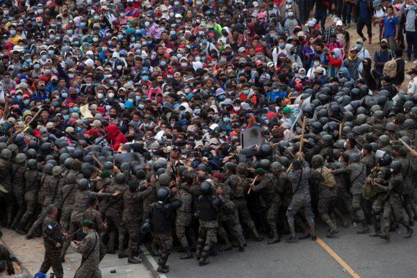 گواتمالا ، درگیری بین پلیس و کاروان حداکثر هزاران مهاجر که به ایالات متحده می روند (عکس)