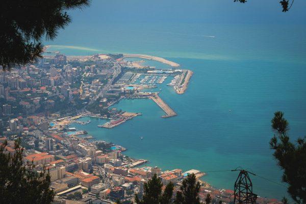 در لبنان ، بیروت با بازسازی بندر خود دوباره آغاز شد
