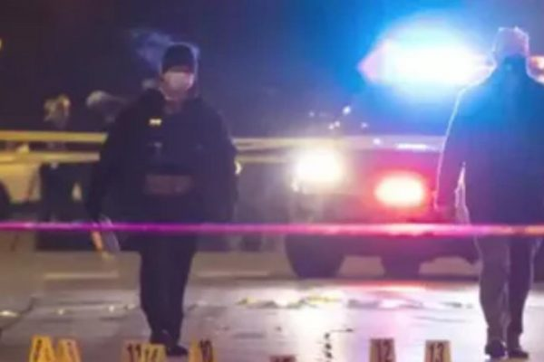 هنگام فیلمبرداری در شیکاگو ، مرد جوان به طرز وحشیانه ای آتش باز می کند: این یک قتل عام است