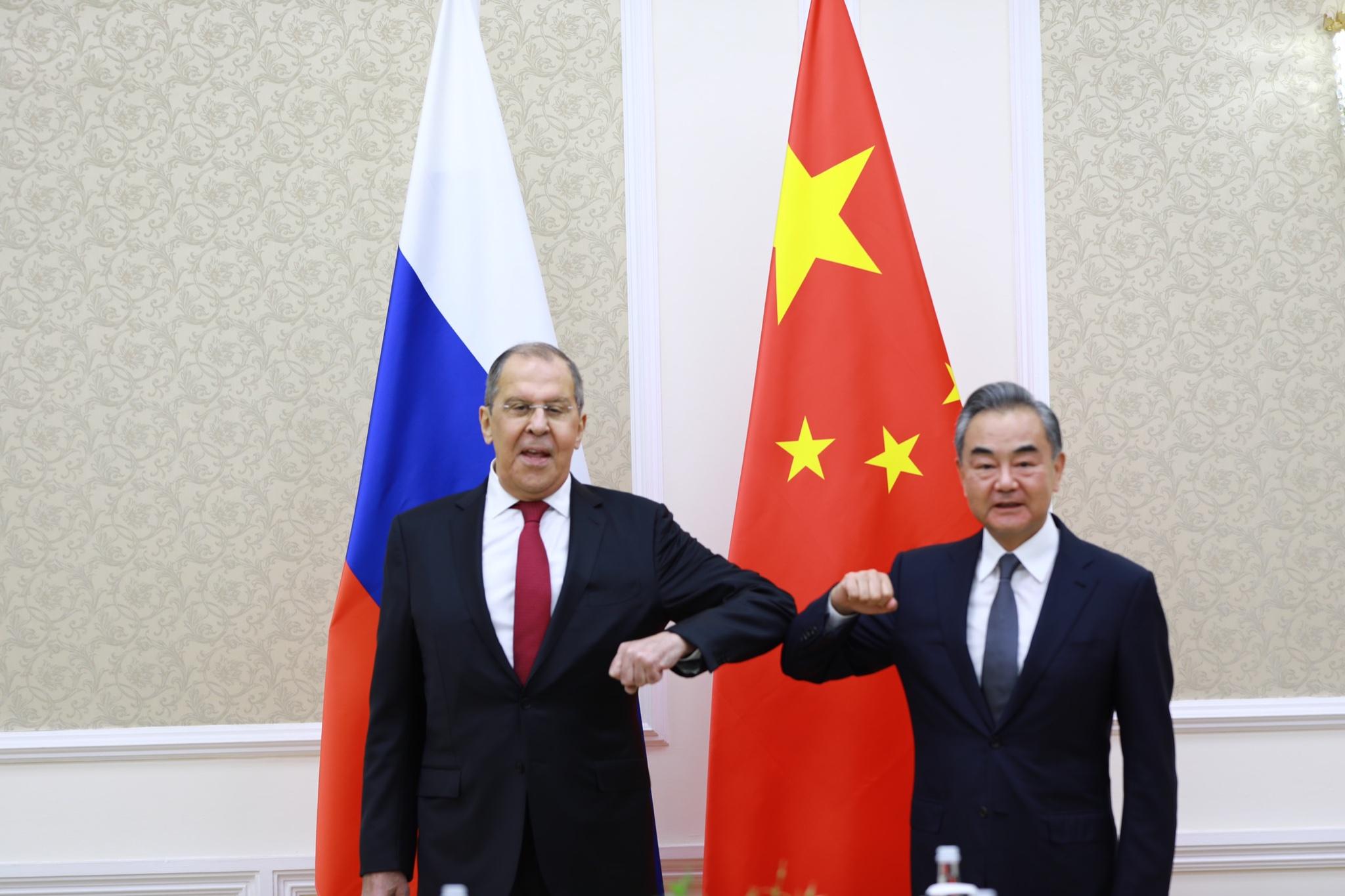 این گونه است که روسیه و چین برای گاز و دفاع معاشقه می کنند